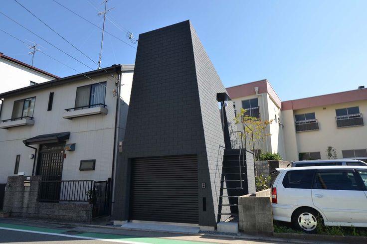 Mountain House, un curioso edificio nel quartiere di Hyogo http://www.differentdesign.it/mountain-house-un-curioso-edificio-nel-quartiere-di-hyogo/ Forma compatta e lineare, pareti inclinate che sembrano definire la #struttura di una montagna...