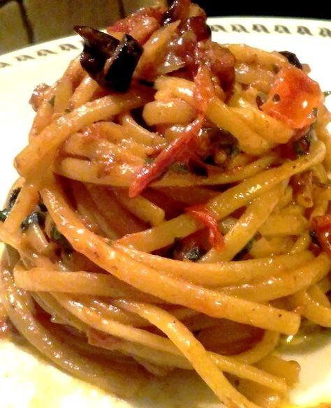 Linguine con pomodorini, pancetta e olive nereun piatto leggero, semplice da preparare in modo rapido,composto da pochi ingredienti ma gustosi che rendono questo piatto oltre che molto saporito anche molto profumato ecolorato.