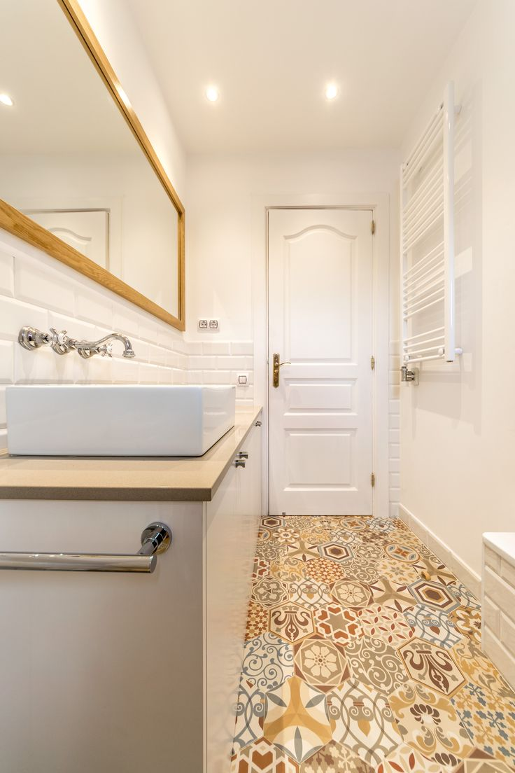 Tiana House | 08023 Architects - Kids' bathroom with colored mosaic tiles