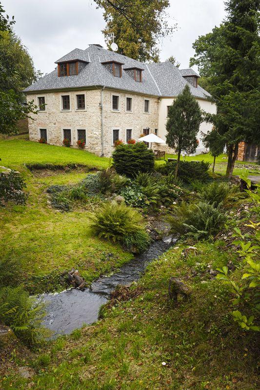 Většina domu zůstala bez omítky, odhalené kamenné zdivo připomíná venkovské domy  vjižní Francii. Zahrada je pojata jako přírodní  avolně přechází v jehličnatý les, mezi bydlením apřírodou není žádná bariéra.