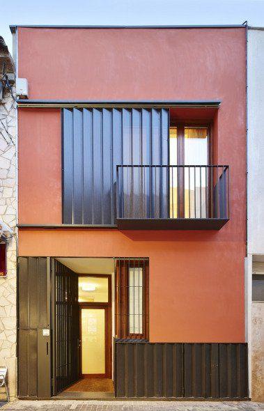 """Las """"cases de cós"""" de los centros urbanos de los pueblos de Cataluña se caracterizan por un estrecho ancho de parcela, adaptado a la crujía estructural entre dos paredes de carga paralelas."""