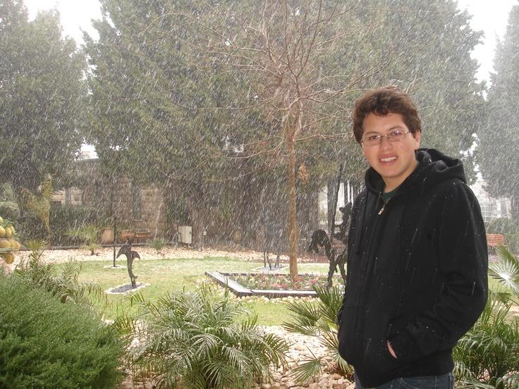 Sebastián Villarroel, uno de los jóvenes ecuatorianos, aprovechó para tomarse una fotografía el día que la nieve cubrió Jerusalén.