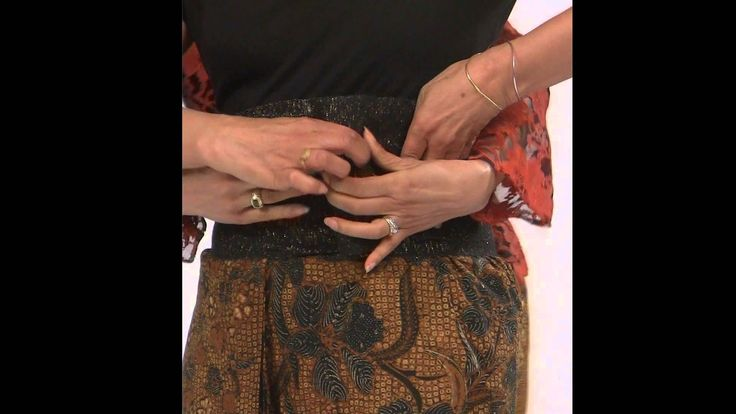 Clear video demonstrating formal and informal methods of wrapping batik sarung in the traditional Javanese (Jawa) styles for both men and women.