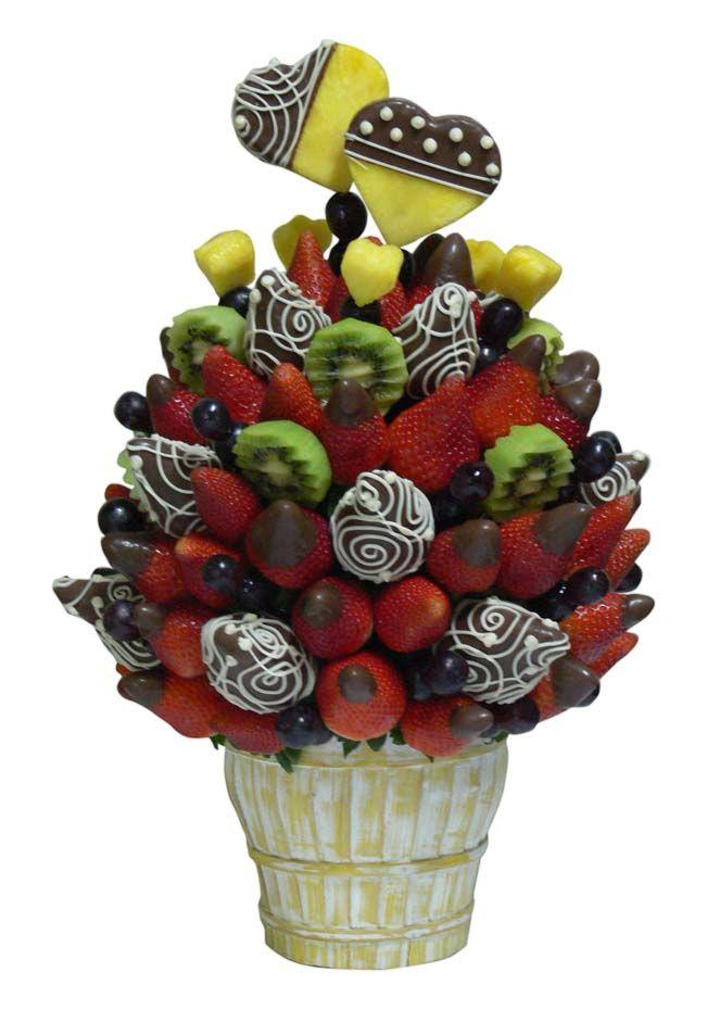 Berry Bouquet    Jugosas Fresas cubiertas con chocolate de leche, acompañadas de Uvas, Kiwi, corazones de Piña bañadas con chocolate y Fresas rojas Premium.     Aprox. 70 piezas comestibles.    Tamaño: Grande