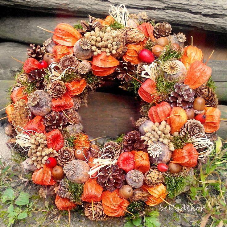 Věnec+podzimní+Podzimní+dekorace+na+mechovém+základu.+Věnec+je+zdobený+šiškami,+mochyní,+makovicemi,+mechem,+žaludy+a+dalšími+přírodninami.+Jen+přírodní+materiál.+Průměr+3+cm.