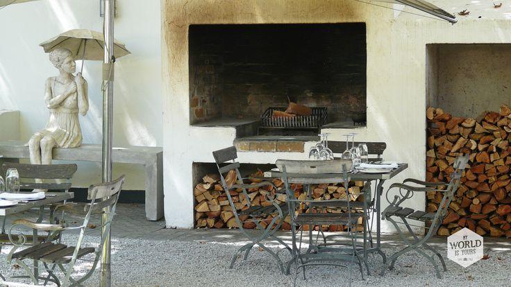 Op landhuis Grande Provence werd ik op slag verliefd.Glazen klapdeuren met gietijzeren frames leiden naar binnen, naar een restaurant met strak gedekte tafels en naar ruimtes vol met kunst. De tuin is om door een ringetje te halen, met eikenbomen, vlakgemaaide gazons, standbeelden, een open haard en lavendel.