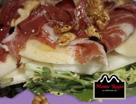Ensalada de peras y jamón ibérico #MonteRegio ¡nos encanta cuidarnos!