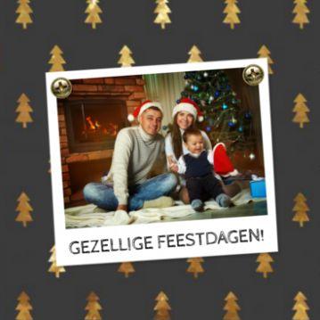 Kerstkaart met als achtergrond een patroon van gouden kerstbomen. Daarop een polaroid kader waar je je eigen foto in kunt plaatsen. Aan de binnenkant komen de kerstbomen weer terug.