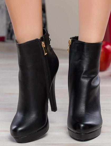 Κομψές μπότες με ψηλά τακούνια • Κατασκευασμένο από μαλακό συνθετικό δέρμα • Λεπτό τακούνι που καλύπτεται με δέρμα • Υψηλή εξωτερική σόλα πλατφόρμα τυλιγμένο σε δέρμα • Φερμουάρ στο εσωτερικό • Ζεστή υφασμάτινη επένδυση #boots #shoes #fashion