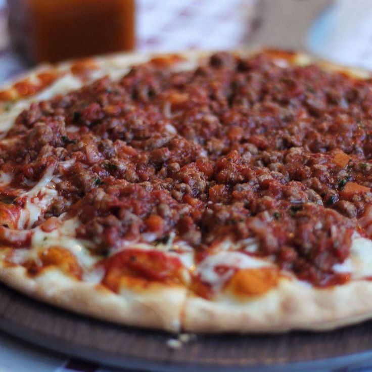 Nuestra pizza con carne asada al horno de leña, ligeramente picante.  En Vía Gustosi Pizzeria Playa de San Juan Alicante España  #pizzaalicante #pizza #alicante #PlayaSanJuan #picarenitaliano #foodiealc #igalicante #restaurante