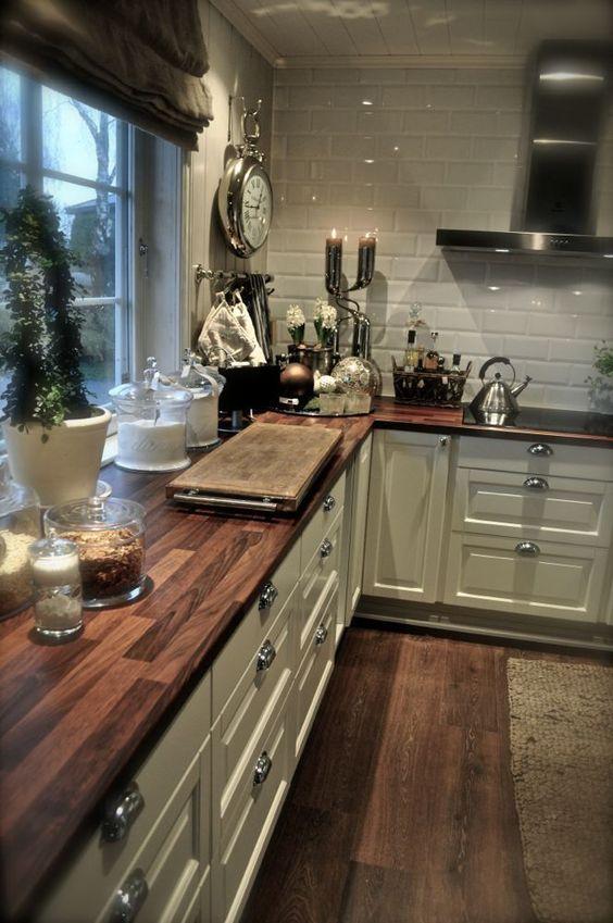 Não é muito usual por aqui utilizarmos bancada de madeira na cozinha. Mas que fica linda, isso fica.     Pode até ser que dê certo trabalho...