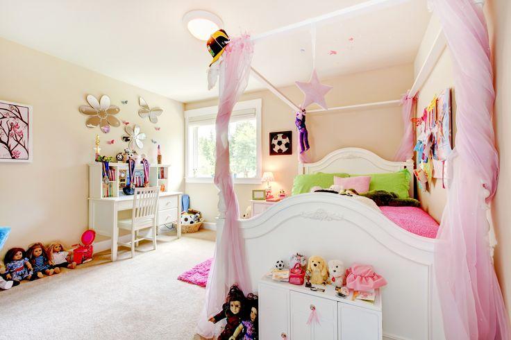 Esempio di cameretta per bambina con letto a baldacchino.