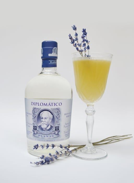 Les cocktails Diplomatico - Maria Lavanda  Recette de Cocktail Rhum Diplomatico, jus ananas, jus de citron vert, sirop de lavande