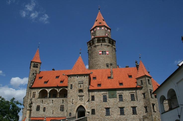 Blízké památky: Bouzov - pohádkový hrad z profilu.