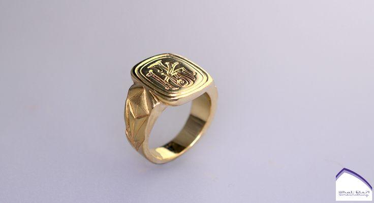 Geelgouden zegelring gemaakt van n oude zegel en oud goud