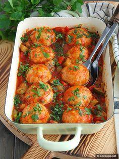 Фрикадельки из индейки, запеченные в овощном соусе