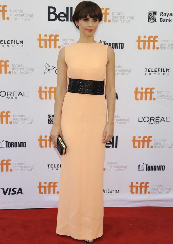 Felicity Jones con vestido columna sin mangas en color melocotón y detalle de paillettes en negro en la cintura, de Balenciaga.