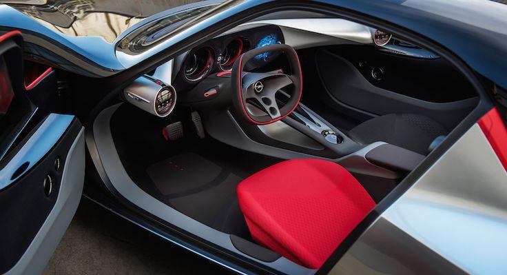 Porque si el exterior del GT Concept no es nada convencional, el habitáculo lo es menos. Nada más abrir la puerta (desde un control táctil, ya que no hay manetas) lo primero que destaca son los asientos deportivos. Uno va en color rojo y el otro en negro, aportando una curiosa asimetría. El panel de …