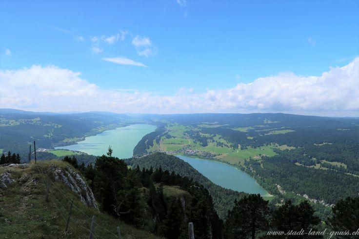 Sicht vom Dent Vaulion auf den Lac de Joux und den Lac Ter. Auaflugsidee im Schweizer Jura. Familienferien.