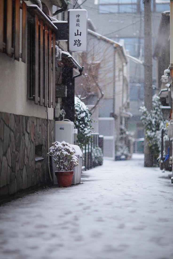 Winter snow in Kagurazaka, Tokyo_ Japan