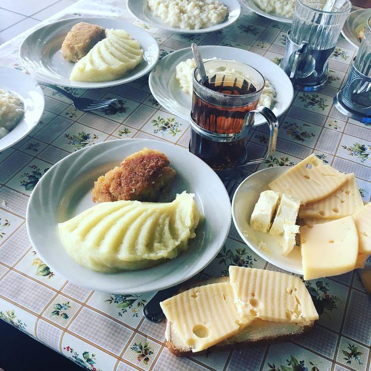 На завтрак картофельное пюре с рыбной котлетой, каша дружба, бутерброд с сыром и маслом, чай #nextcamp #нашмиртеатр #завтрак