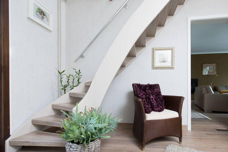 Mooi zo'n zithoekje onder de trap. Deze open ruimte onder de trap geeft een mooie sfeer aan het interieur. De Elite vloer heeft exact dezelfde kleur als de traptreden. Een prachtige renovatie van hele ruimte!