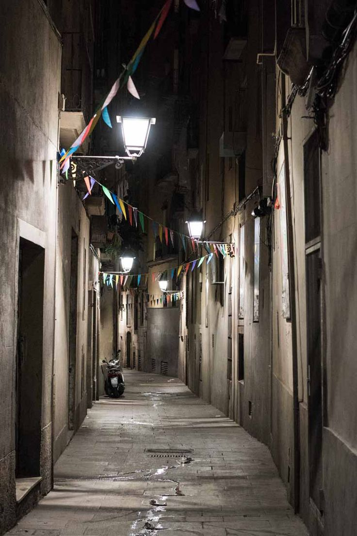 Barcelona at night. Ciutat Vella by Ángel Robles. Travel photography.