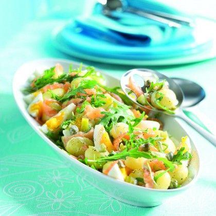 Schep de ingrediënten voor de salade met de dressing luchtig door elkaar en serveer, bestrooid met de kappertjes.