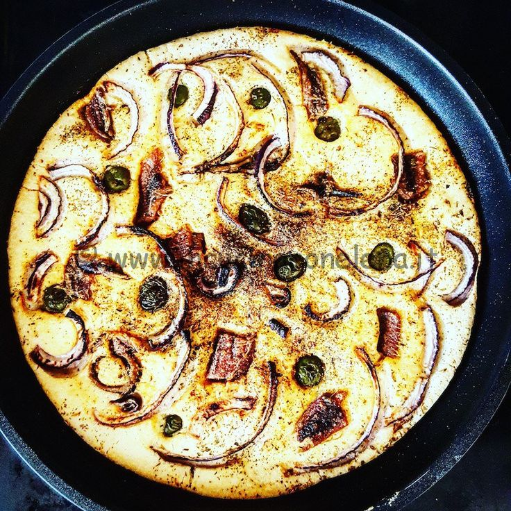 Focaccia di riso con acciughe, olive e cipolle di tropea