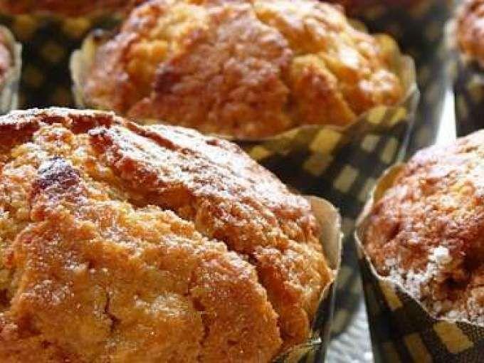 Préchauffer le four à 190°C huiler une plaque à muffins de 12 alvéoles ou garnir de caissettes en papier verser les flocons d'avoine dans un saladier, ajouter le lait tiède et laisser reposer pendant 5 minutes Tamiser la farine et la levu - Recette...
