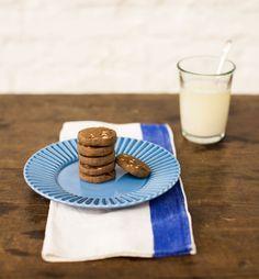 Biscoito de chocolate com castanha-de-pará   #ReceitaPanelinha: Para o lanche das crianças ou acompanhamento de um cafezinho, este biscoito é um arraso. Tem até dica de planejamento: ele pode ir do congelador direto para o forno!