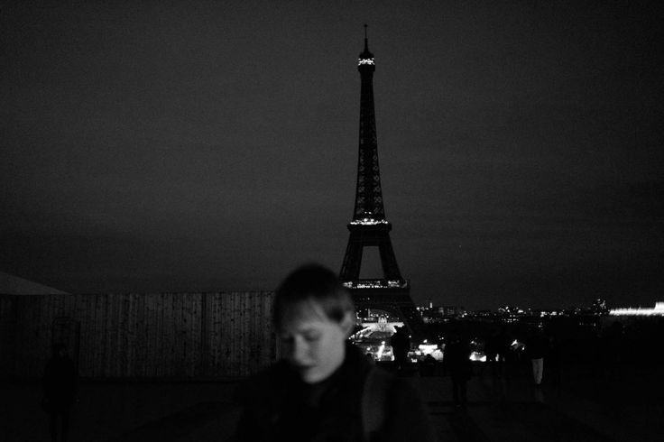 Alfio, Parigi 14 novembre 2015 - Eiffel Tower turns out its lights as mark of respect to victims.