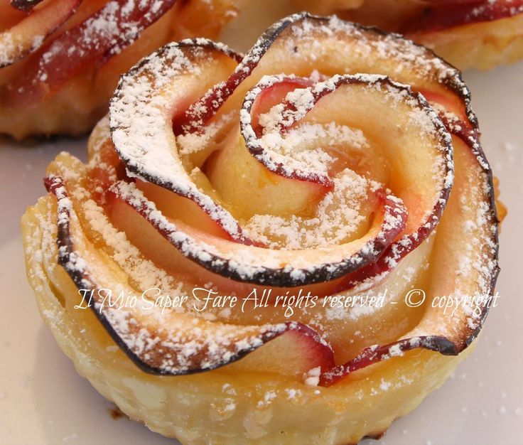 Rose di mele con pasta sfoglia: golose, belle e fragranti.Un dolce alle mele per la festa della mamma veloce e facile.Dessert alla frutta molto scenografico