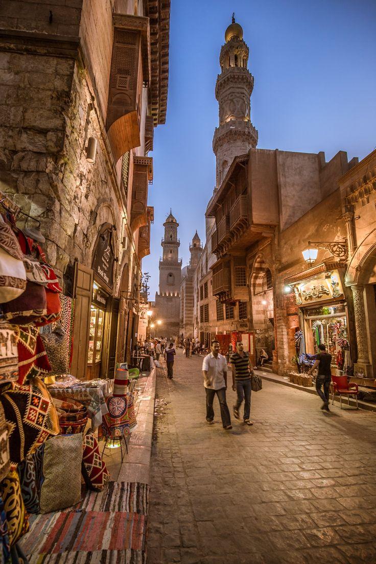 in Cairo is het lekker druk er zijn veel kleine winkeltjes, de mensen trekken je vaak de winkel in en dan willen ze dat je iets koopt dus je kunt vaak niet lekker rustig winkelen.