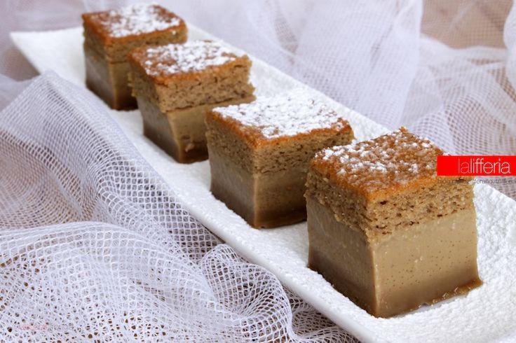 La torta magica al caffè è un dolce fresco, che si gusta a piccoli bocconcini ed è la conclusione perfetta di un pranzo o una cena in compagnia.