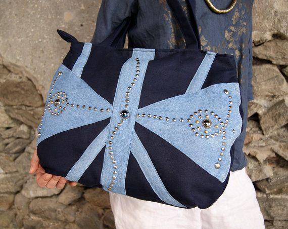 Grande borsa in cotone blu scuro e blue jeans, decorata con borchie metalliche. Fodera in cotone bianco, due tasche interne.