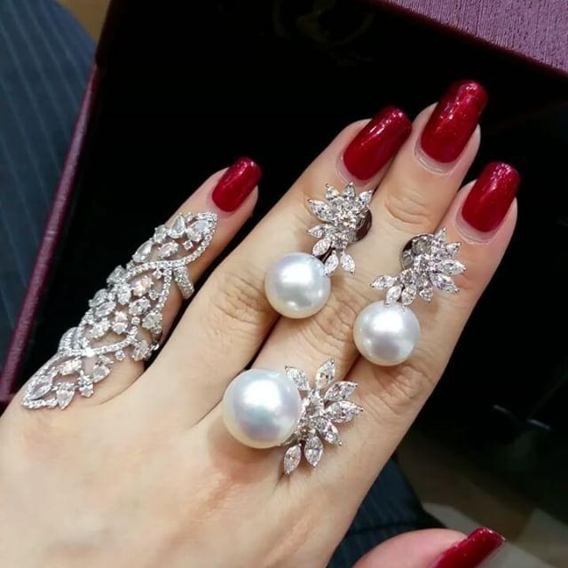 Live in the details❤ A beautiful set of south sea pearl⚪⚪ #primusjewelry #charupetch #diamond #diamondweddingsets #diamondjewellery #diamondring #diamondbracelet #diamondnecklaces #diamondearring #highjewelry #highjewelrycollection #finejewellery #luxury #jewelleryaddict #fabulous #luxuryjewelry #luxrylife #lux #fabulous #classic #classy #jewelrylover #diamondlovers #gorgeous #gorgeousgirl