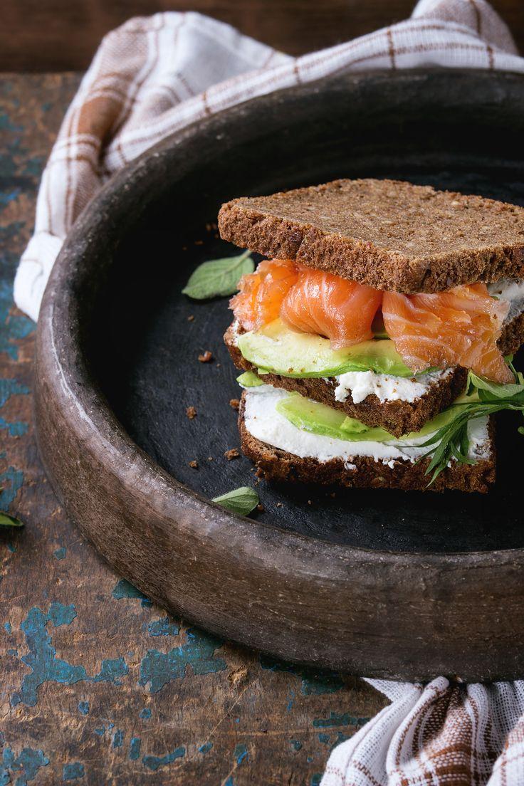 Sandwich met avocado, zalm en ricotta
