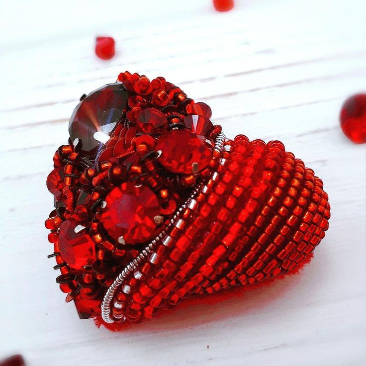 И с другой стороны #брошьсердце #брошьсердечко #объемноесердце #сердечко #любовь #деньсвятоговалентина #деньвлюбленных #hand_made_928 #handmade #hand_made #Swarovski #jeverly #beadjewelry #studiya_handmade24 #studiya_handmade24 #hand_made_gold #брошьизбисера #ювелирнаявышивка #брошь #украшения #handmade_ru_jewellery #dom_handmade #hobbyteam #украшенияизбисера #handmade_prostor #lavkacraft #wow_biser #арт #эксклюзив