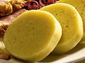 Bramborový knedlík Příprava: 20 minut + 20 minut vaření Pro 6-8 osob * 1 kg oloupaných brambor uvařených ve slupce, varný typ C * 2 celá vejce * 300 g hrubé mouky * 100 g jemné krupičky (dětská krupička) * sůl