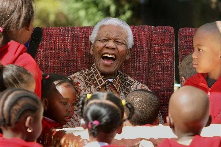 Nelson Mandela: 'Ninguém nasce odiando uma pessoa por causa de sua cor de pele, origem ou religião. Pessoas aprendem a odiar. E se elas podem aprender a odiar, elas também podem aprender a amar, pois o amor chega mais naturalmente ao coração humano do que seu oposto' http://oesta.do/1ceqe4F
