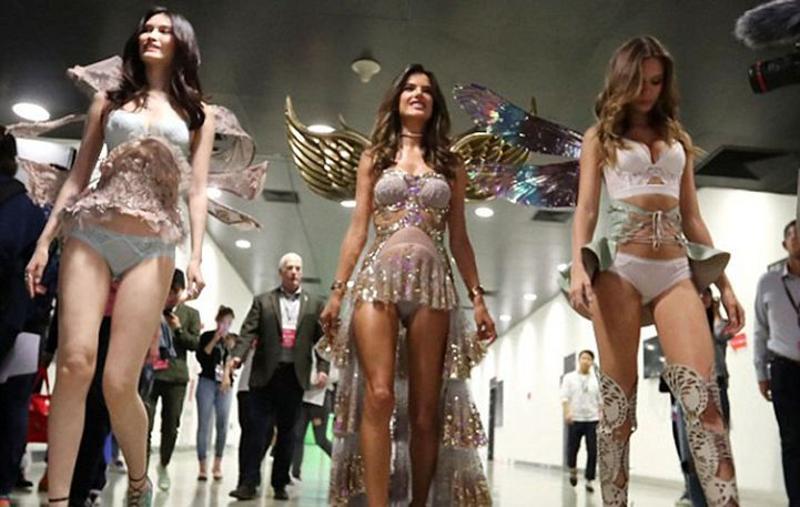 Alessandra Ambrosio: Κολάζει και την Κίνα φορώντας εσώρουχα της Victoria's Secret