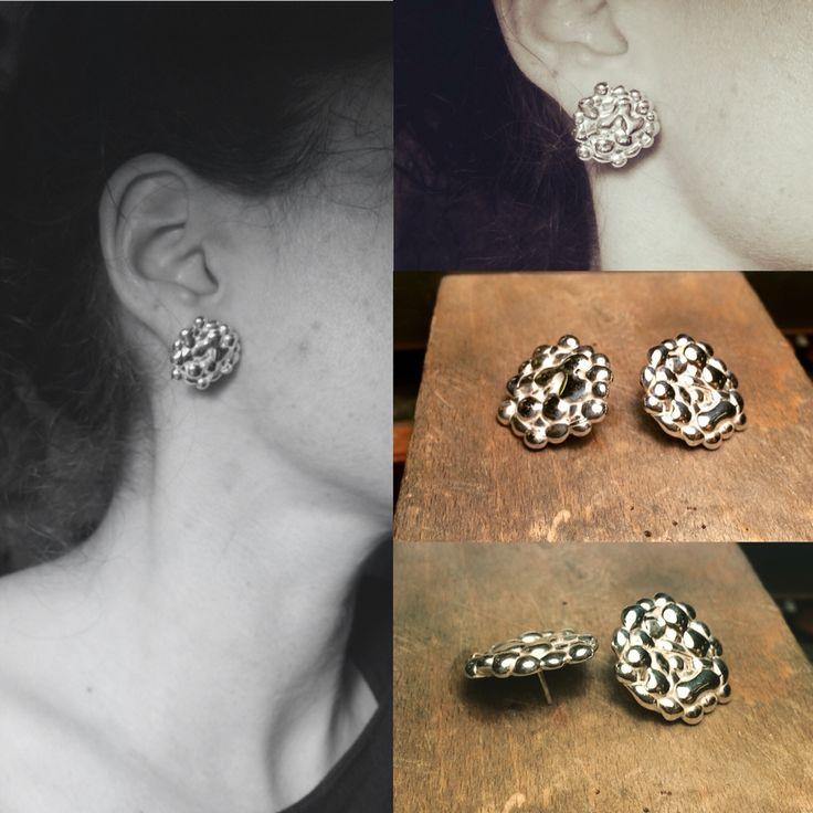 Ohrringe von Hand gemacht, Silber mit einem kleinen Diamanten. Earrings handmade, silver with a small diamond.