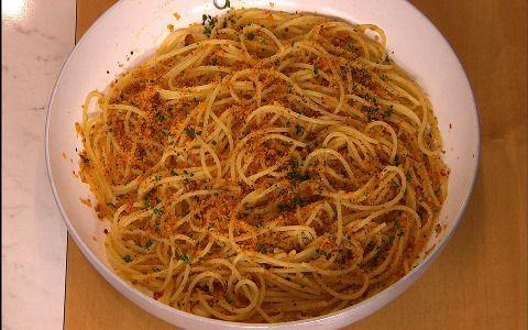 Rosolare l'olio con i filetti di acciuga dissalati, il peperoncino tritato e l'aglio schiacciato, ...