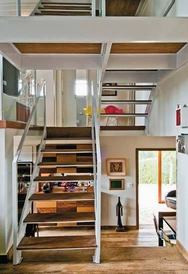 Com estrutura de metal pintada de branco, a escada deste chalé em Campos do ...