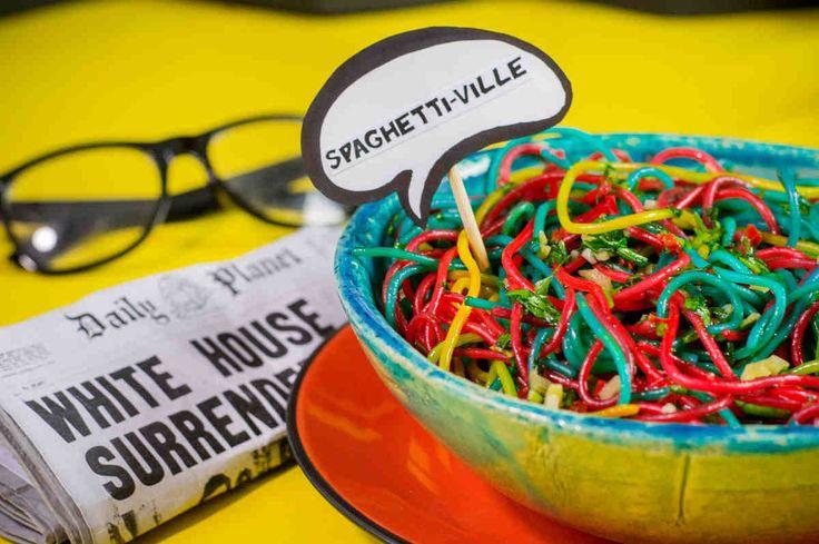 Spaghetti-ville, czyli kolorowe spaghetti z czosnkiem i pietruszką prosto ze Smallville. #spaghetti #obiad #czosnek #pietruszka #makaron #superbohater #party #smacznastrona #tesco #przepisy #tescoparty