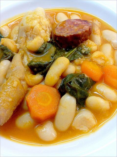 ALUBIAS CON VERDURAS Y RABO DE CERDO  http://lasrecetasdemisamigas.blogspot.com.es/2013/05/alubias-con-verduras-y-rabo-de-cerdo.html
