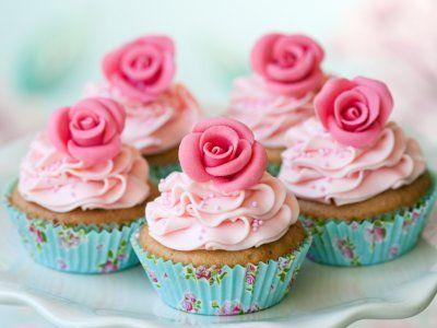 Receta de Cupcakes de Vainilla con Flores   Los mejores cupcakes de vainilla con una flor decorativa de fondant, prepáralos este día de las madres o en cualquier ocasión.