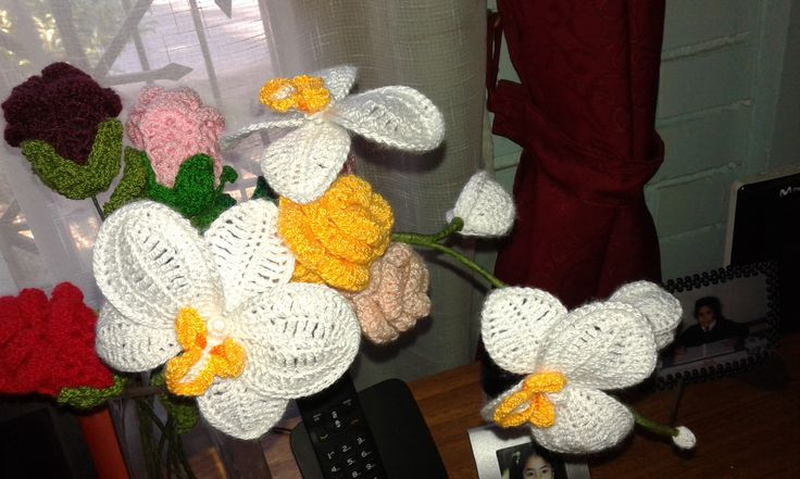 Orquideas tejidas y rosas tejidas... gracias a patrones encontrados por la web...