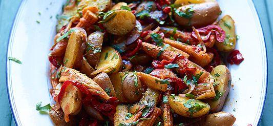 Delhaize - Salade van rode aardappelen, minimaïs, rode paprika, rode uien, koriander en tex-mexkruiden
